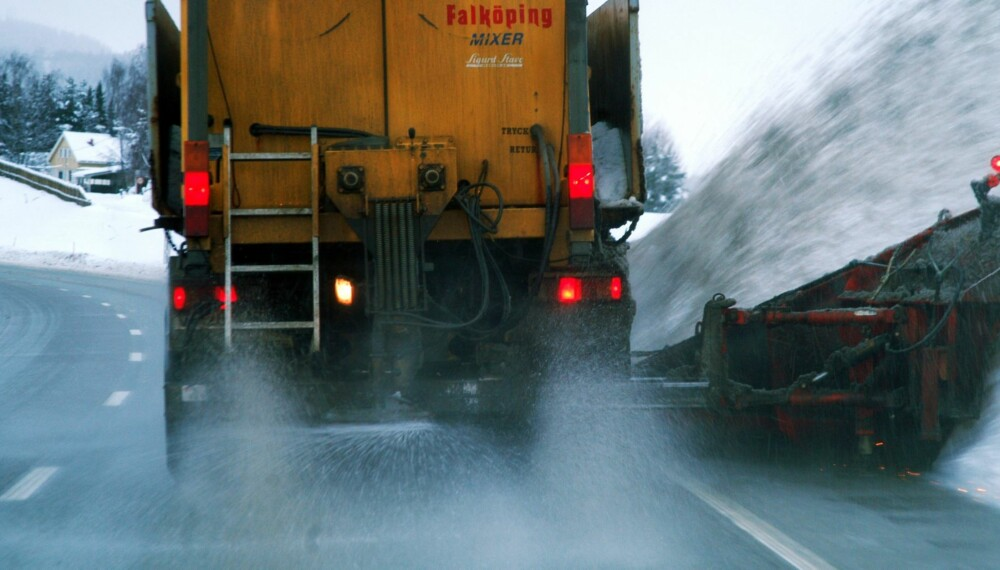 VEISALT: Positive erfaringer i Canada gjør at Statens vegvesen skal vurdere om sukker kan erstatte eller supplere veisaltet. FOTO: Statens vegvesen