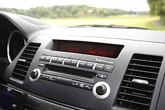 UTEN DAB: Cirka 2 millioner biler kjører i dag på norske veier uten en digital DAB-radio. I 2017 slukkes FM-nettet og da blir det stille om ikke radioen oppgraderes.