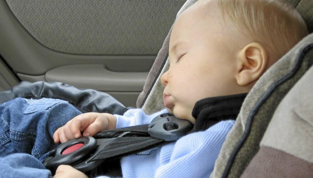 MANGE FALLGRUVER: Sikring av barn i bil er ingen enkel oppgave. Foroverlent eller bakoverlent - når skal man bytte? Hvilket barnesete skal man velge?