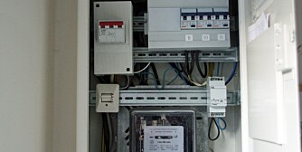 SLUKKE BRANN I EL-ANLEGGET: Begynenr det å brenne i sikringsskapet eller andre elektriske installasjoner, er vann et godt slukkemiddel.