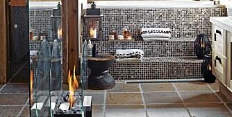 SPAOPPLEVELSE. Trappetrinnene i mosaikk er fine som sitteplasser. De fører opp til badekaret med utsikt. Biopeisen er flyttbar.