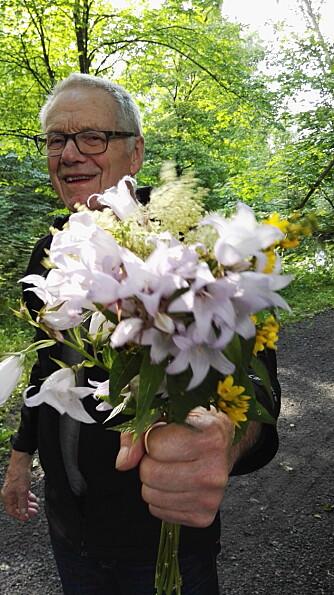BLOMSTER: - Da han flyttet til omsorgsboligen der han bor nå, begynte han umiddelbart å plukke alle de fine blomstene i Sansehagen, og tok med inn til pleierne. De tok det heldigvis med et smil, og pyntet opp på avdelingen med dem.
