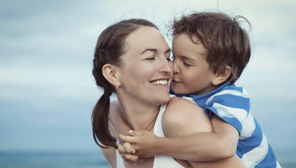 VIS BARNA KJÆRLIGHET: Vi gir deg 25 måter du kan vise barna hvor glad du er i dem på i en travel hverdag.