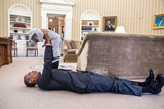 MEKTIG MANN: President Obama leker med Ella Rhodes, her i elefantkostymet hun brukte på Halloween, på gulvet av Det ovale kontor. Ella har blitt med pappa Ben Rhodes, som er sikkerhetsrådgiver for presidenten, på jobben.