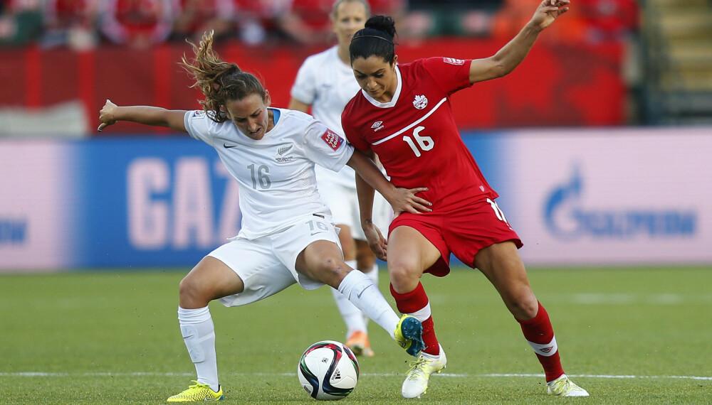 I AKSJON: Jonelle Filigno fra Canada, til høyre, og Annalie Longo fra New Zealand kjemper om ballen under FIFA Women's World Cup i 2015. Et nettsted kunne rapportere om at Filigno har en heit kropp, og at hun heldivis ikke er redd for å vise den frem.