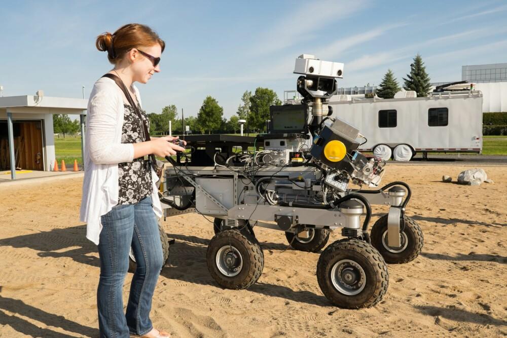 LEKETØY: Tanya Harrison med et av kjøretøyene som skal brukes på Mars.