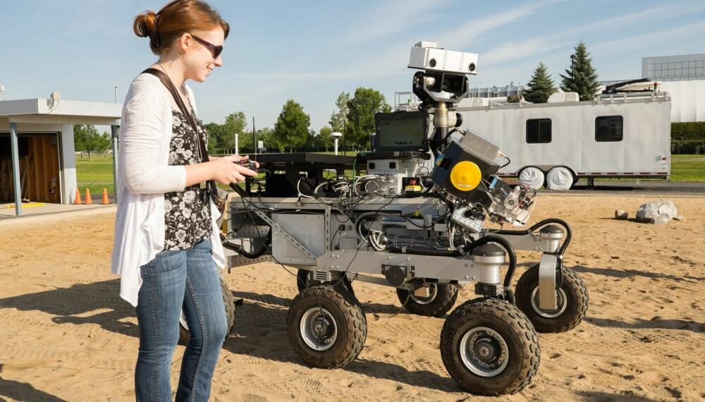"""GØY PÅ JOBB: """"Jeg leker med Mars rovers , skriver Tanya Harrison der hun poserer med en fjernstyrt bil fullastet med analyseverktøy."""