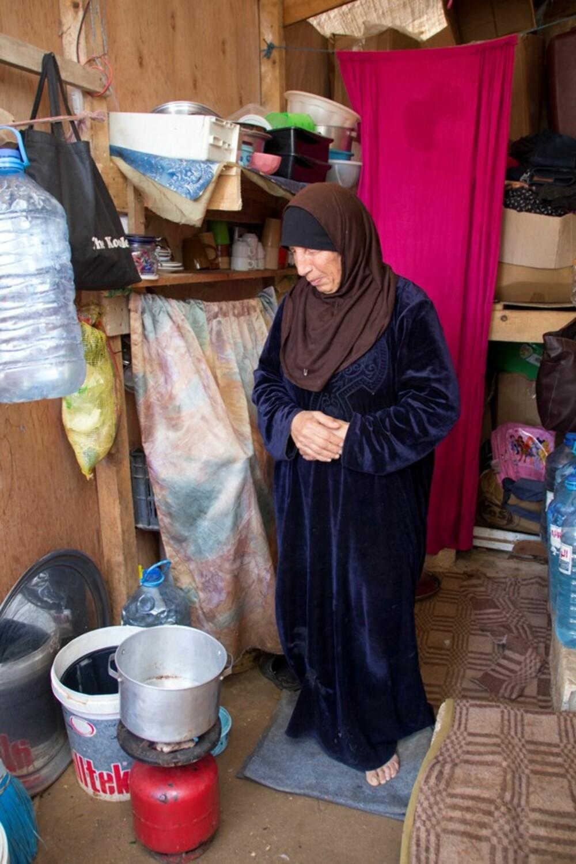 TVUNGET TIL Å SVELGE STOLTHETEN: Iman (64)  jobbet som tigger for å få nok mat på bordet til barnebarna.