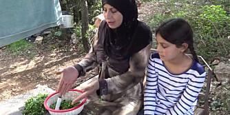 NY HVERDAG: Ti år gamle Bara'a hjelper moren sin å lage molokhiya. - Hadde dette vært i Syria ville jeg tilsatt et halvt kilo kjøtt til maten. Nå må vi klare oss med buljong, forklarer moren.