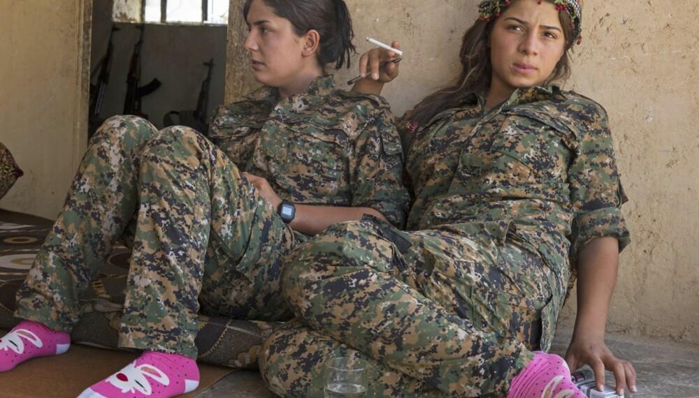 KVINNENE SOM SLÅSS MOT IS: YPJ-krigere hviler ved leirstedet sitt nær Jabal Abd al-Aziz-fjellene nord i Syria før neste kamp mot Den islamske stat. Avdelingen, som ble dannet for tre år siden, har mer enn 7000 kvinnelige stridende og kjemper ved fronten.