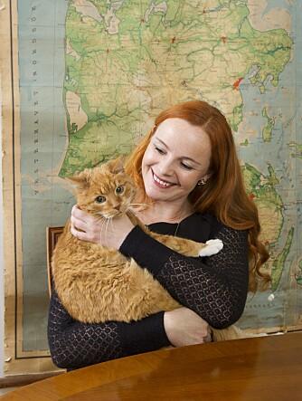 KOS: Anne med katten Pus.  - Jeg skulle ønske barnefrie og familier kunne omgås mer på tvers, sier Anne.
