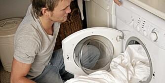 VASKER FOR OFTE: Ifølge eksperter vasker vi for ofte og med for høy temperatur.