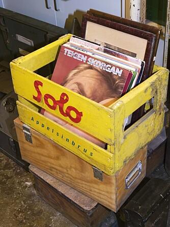 En knallgul bruskasse med Solo- reklame rommer gamle LP- plater. Hva med en plate med Anita Skorgan og Jahn Teigen.
