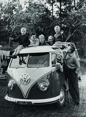 HELE FAMILIEN: I en franskregistrert VW Transporter Samba kjørte Sossen og Guy til Paris med alle guttene, unntatt Ståle som hadde reist i forveien. På taket, fra venstre: Øivind, Tom, Helge, Halvor og Frode.