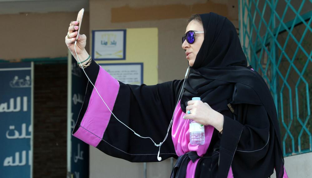 AVLA STEMME: Ghada Ghazzawi filmer seg selv utenfor stemmelokalet etter å ha avlagt sin stemme. Det er første gang kvinner har hatt stemmerett ved valg i Saudi-Arabia.