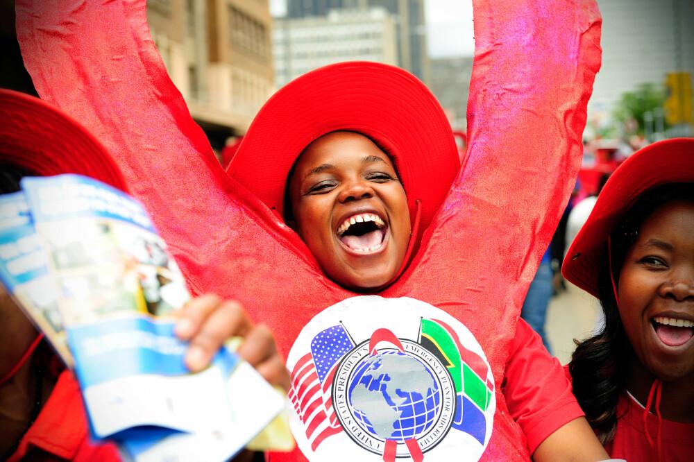 KAMPEN FORTSETTER: De siste ti årene har antallet mennesker som dør av Aids sunket med 42 prosent. Her fra en markering i Johannesburg i Sør-Afrika.