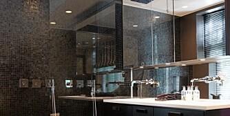 SVART OG LYST. Et svart bad er kult, men fungerer ikke for alle. Velger du svart, trenger du imidlertid god belysning, ikke minst ved speilet.