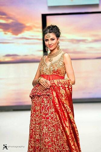 TAKKET NEI TIL OPPDRAG: Sanam Bokhari forteller at hun takket nei til del oppdrag i Norge fordi det ofte var klær som viste for mye hud. I Pakistan har hun funnet et arbeidsmiljø hun trives bedre i.