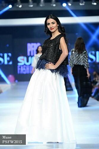 DRO UTENLANDS: Bokhari ble stoppet på Karl Johan, men slo likevel ikke gjennom som modell i Norge. Da hun begynte å ta oppdrag i utlandet gikk det derimot bedre. Her fra brudevisning i Paris, i regi av Pakistan Fashion Design Council.