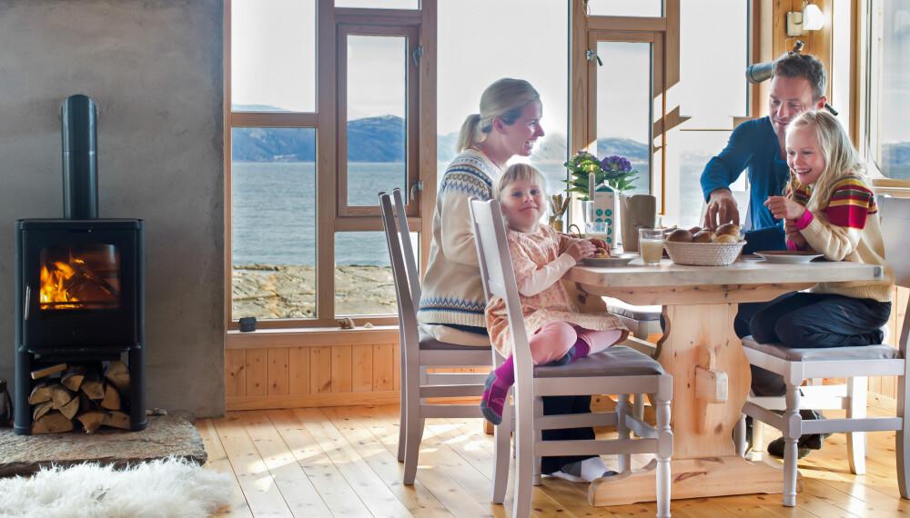 MORGENSTUND: Tiden flyr når familien samles til frokost. Stolene er modifisert og malt. Før var de mørke med buet rygg. (FOTO: Kathrine Sørgård)