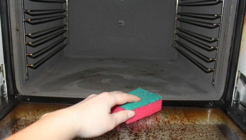 VASK FØR PÅSKELAMMET: Malin Skaar fra Lilleborgs forbrukerservice anbefaler å vaske ovnen i starten av påsken, for å fjerne brent smuss. Når vasket du sist ovnen på hytta?