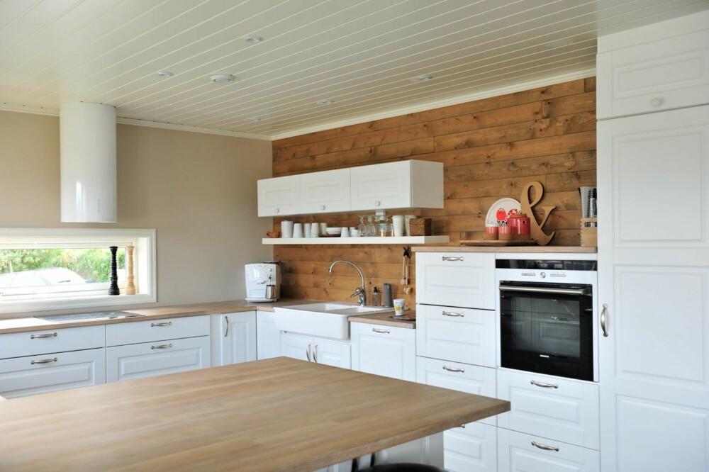 RØFF VEGG: Hege ønsket seg en røff panelvegg på kjøkkenet, og endte til slutt opp med et rupanel som egentlig skal brukes under yttertak.