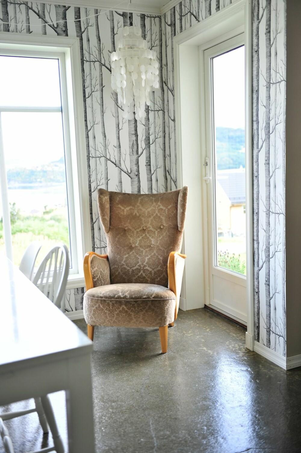 ARVEGODS: Lenestolen som Hege har arvet har fått en fin plass mellom store vindusflater. Her er det fint å sitte og titte ut. Skjellampen er fra  Cornelias hus.