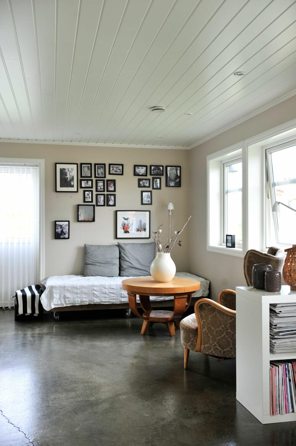 KUL VEGGDEKOR: I en koselig krok mellom stuen og kjøkkenet har Hege laget en bildevegg og fått plass til noen gamle arvestykker. Vasen på bordet er fra Ikea.