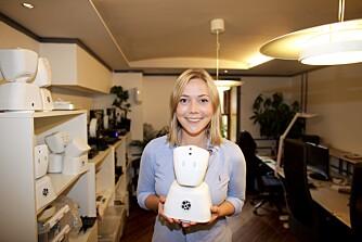 """ROBOT: Karen Dolva holder roboten AV1. Roboten har mikrofoner, høyttalere og kamera, så syke barn kan være """"tilstede"""" i klasserommet og se, høre og snakke med vennene selv om de ikke er friske nok til å være tilstede fysisk selv."""