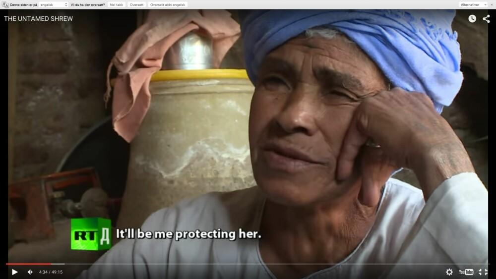FORSØRGER: Selv om Sisa tilbragte dagene omgitt av menn, var det likevel en ting hun unnlot å gjøre.  - Jeg går ikke i moskeen, fordi jeg er en kvinne. Jeg  ber heller hjemme, forteller hun i dokumentaren. Foto: rt.com