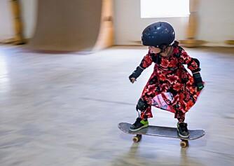 JENTER PÅ SKATEBOARD: Afghanske jenter får ikke lov til å sykle. Skateboarding, derimot...