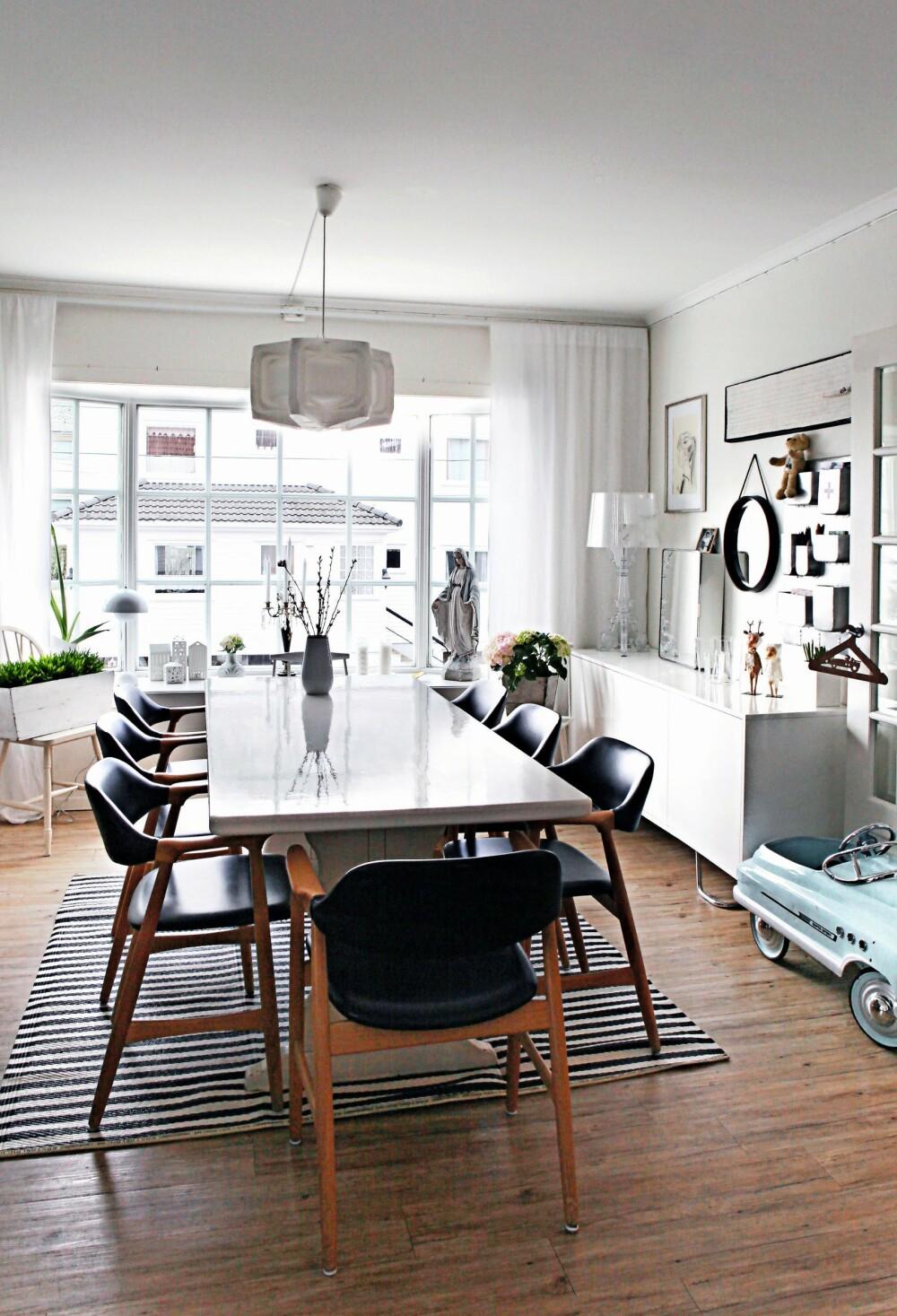 SPISESTUE: Taklampen over spisebordet er fra Le Klint. Anne har laget en flott bildevegg over den hvite skjenken fra Living. Her henger blant annet to speil som hun har kjøpt på loppemarked.
