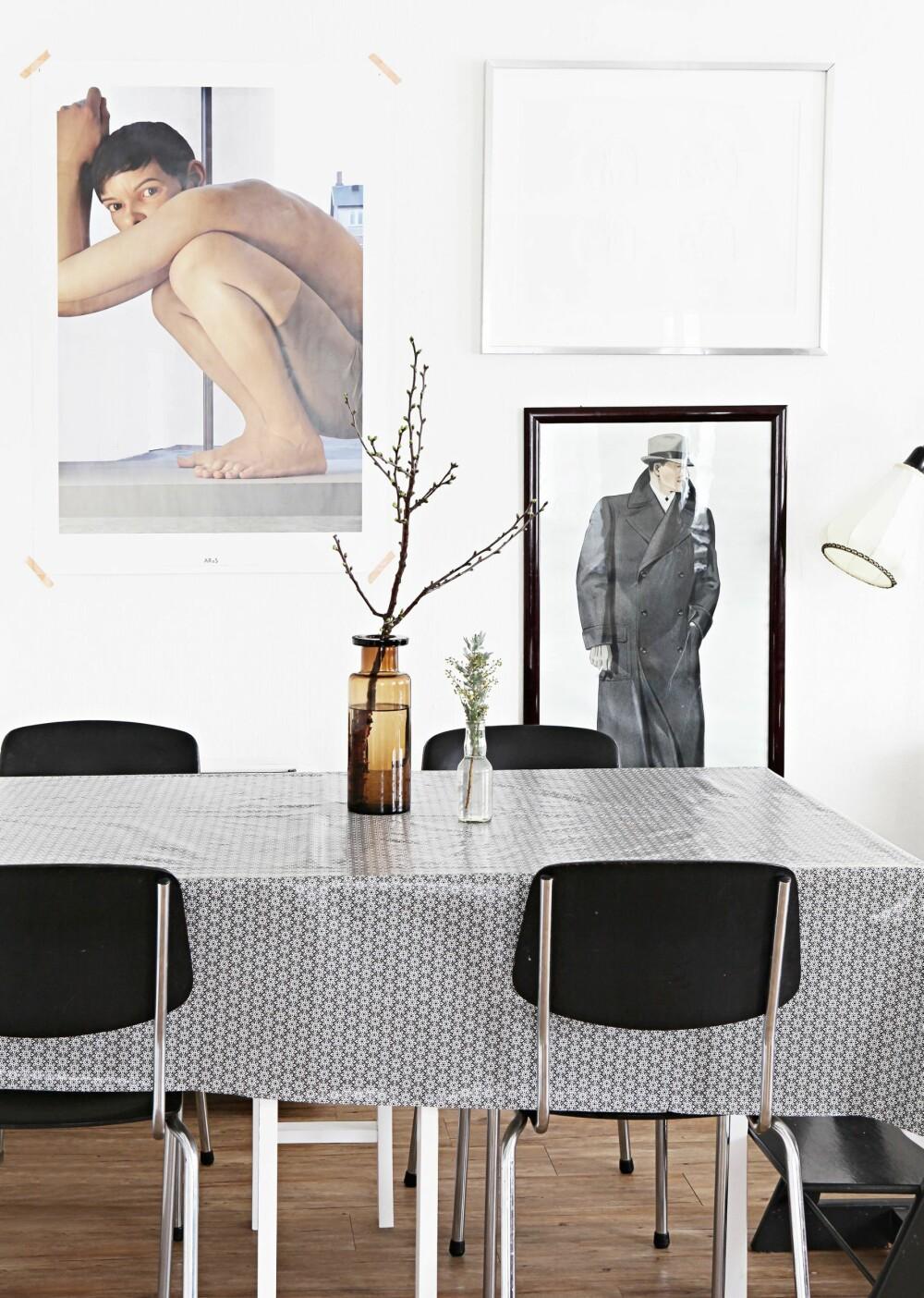 KJØKKENKROK: Ved kjøkkenbordet sitter familien til hverdags. Trykket av mannen i frakk fra 50-tallet, er fra en herreklesbutikk. Plakaten med gutten kjøpte Anne på Aros kunstmuseum i Århus. Stolene er et bruktfunn.