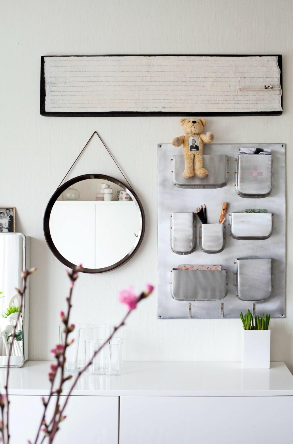 PÅ VEGGEN: Over skjenken henger en oppbevaringshylle i sink fra House Doctor. Henger du et fint lærbelte rundt et rundt speil som oppheng, får du et speil som minner om Adnet-klassikeren fra Gubi.
