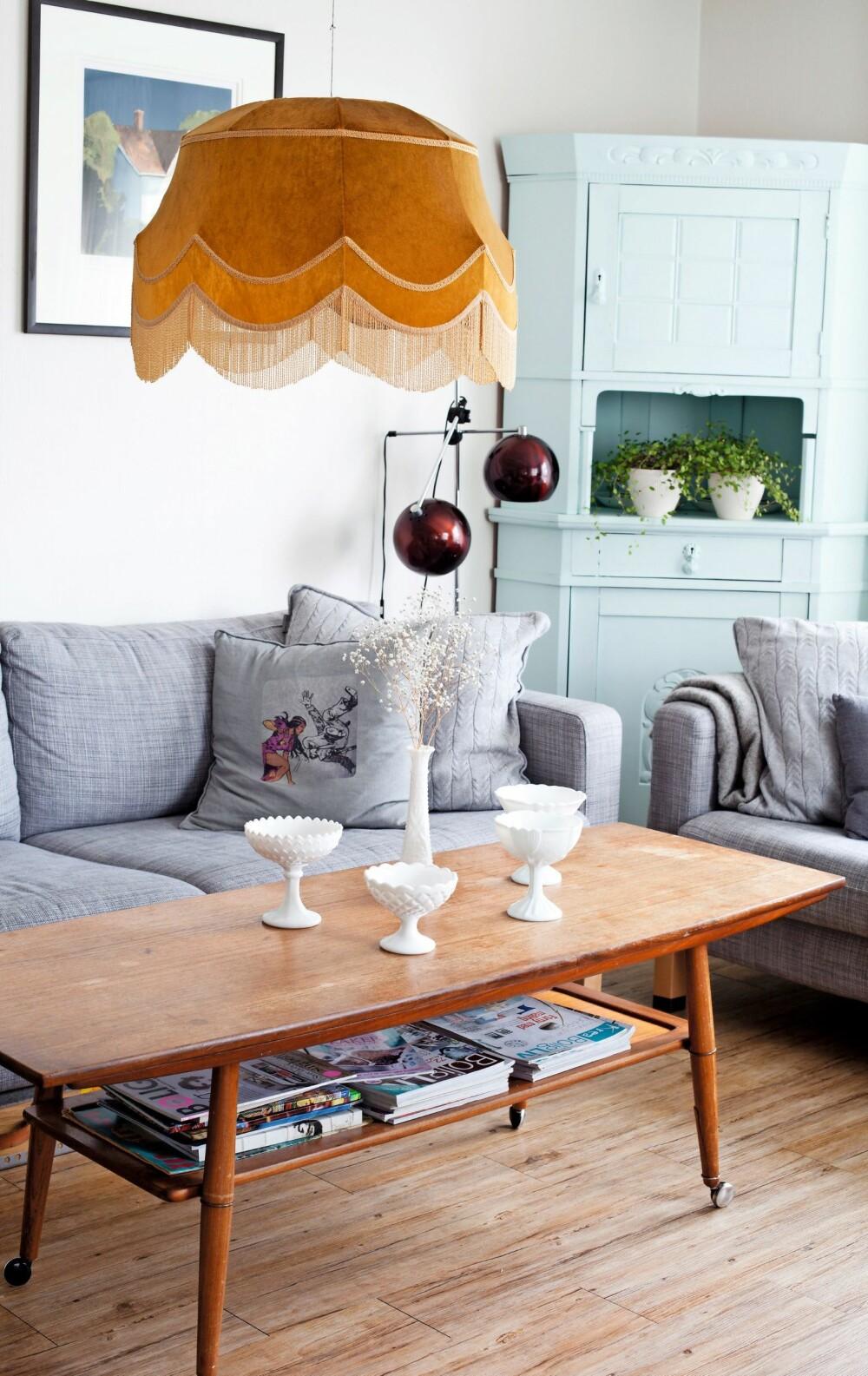 FARGERIKT: I sofakroken mikser Anne farger og stiler. Hun elsker lamper, både nye og gamle, og disse er fra Fretex. Bordet er et loppefunn, og  skapet har Anne arvet av mormoren. Kunsten er laget av Magne Austad.