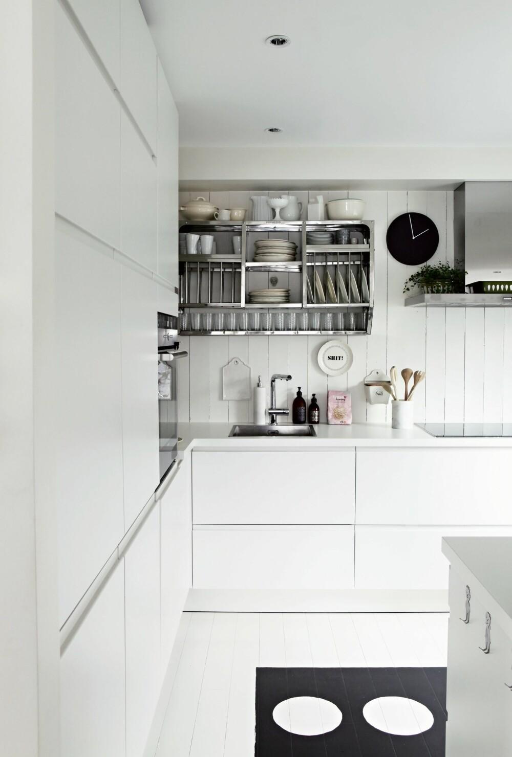 STILRENT: Kjøkkenet er fra Alno, og stålhyllen er fra lillerips.no. Viften er fra Siemens.