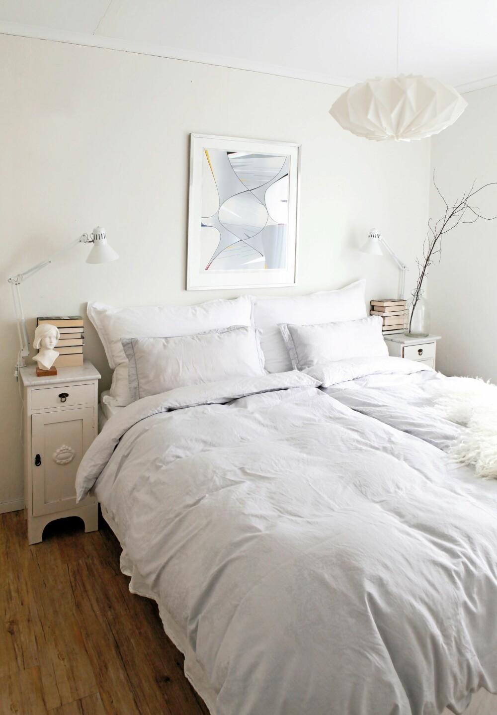 LYST: På soverommet er stemningen lys og lett. Kunsten på veggen er av Gunnar S. Gundersen, og taklampen er fra Le Klint. Nattbordene  med marmortopp er kjøpt brukt.