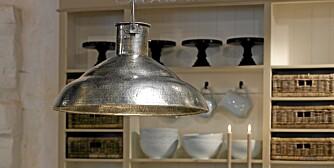 EN LAMPE I ROMMET: Det er riktig at det må være en lampe over spisebordet, men rommet må ha flere belysningspunker, blant annet i hjørnene.