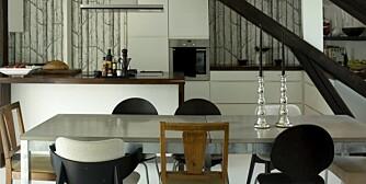 Thomas og Frøy har alltid drømt om å ha et stort kjøkken. Ved å flytte kjøkkenet til loftsetasjen fikk de det. Betongbordet er fra R.O.O.M. Noen av stolene er fra Ikea og Bolia. Et par er kjøpt på loppemarked.