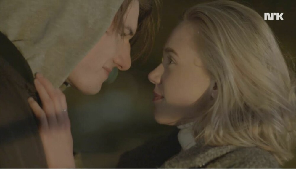 NOORA OG WILLIAM I SKAM: Gir Noora opp sine feministiske idealer ved å kysse William? I både sosiale og tradisjonelle medier har det skapt debatt at hun gir etter for følelsene sine.