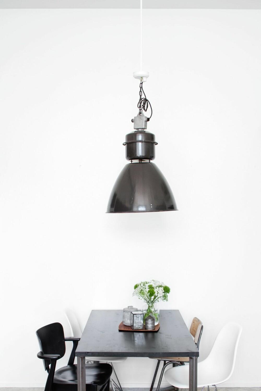 HJEMMELAGET: Kjøkkenbordet har paret laget selv. Bordplaten i tre er malt med svart, matt maling.Taklampen er en gammel industrilampe som Netta har kjøpt på nettet. FOTO: KATJA LÖSÖNEN
