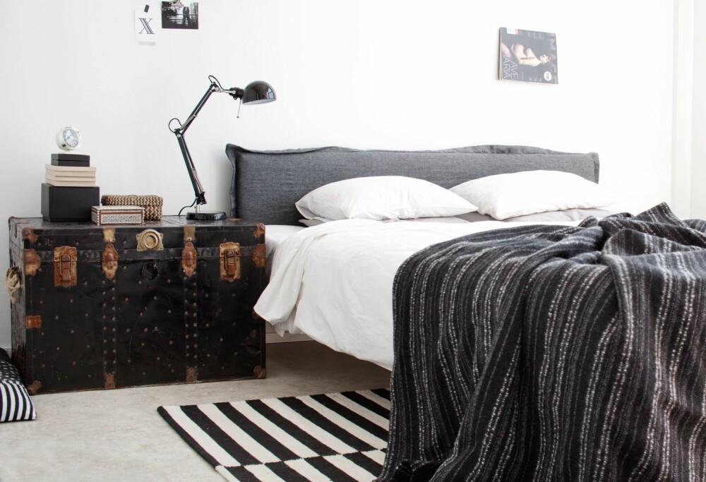 GJØR DET SELV-PROSJEKT: Kisten fungerer som nattbord på soverommet. Netta fant den på  et loppemarked. Sengegavlen  har hun laget selv av en sponplate, litt polstring og et linstoff. FOTO: KATJA LÖSÖNEN