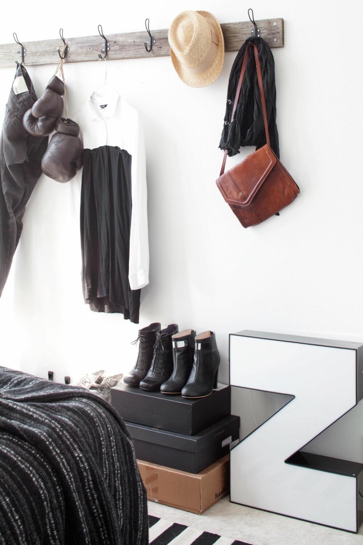 PÅ UTSTILLING: På soverommet er klær og sko som står fremme en del av innredningen. Den åpne oppbevaringsløsningen gjør det  lett å holde orden på klær og tilbehør. FOTO: KATJA LÖSÖNEN