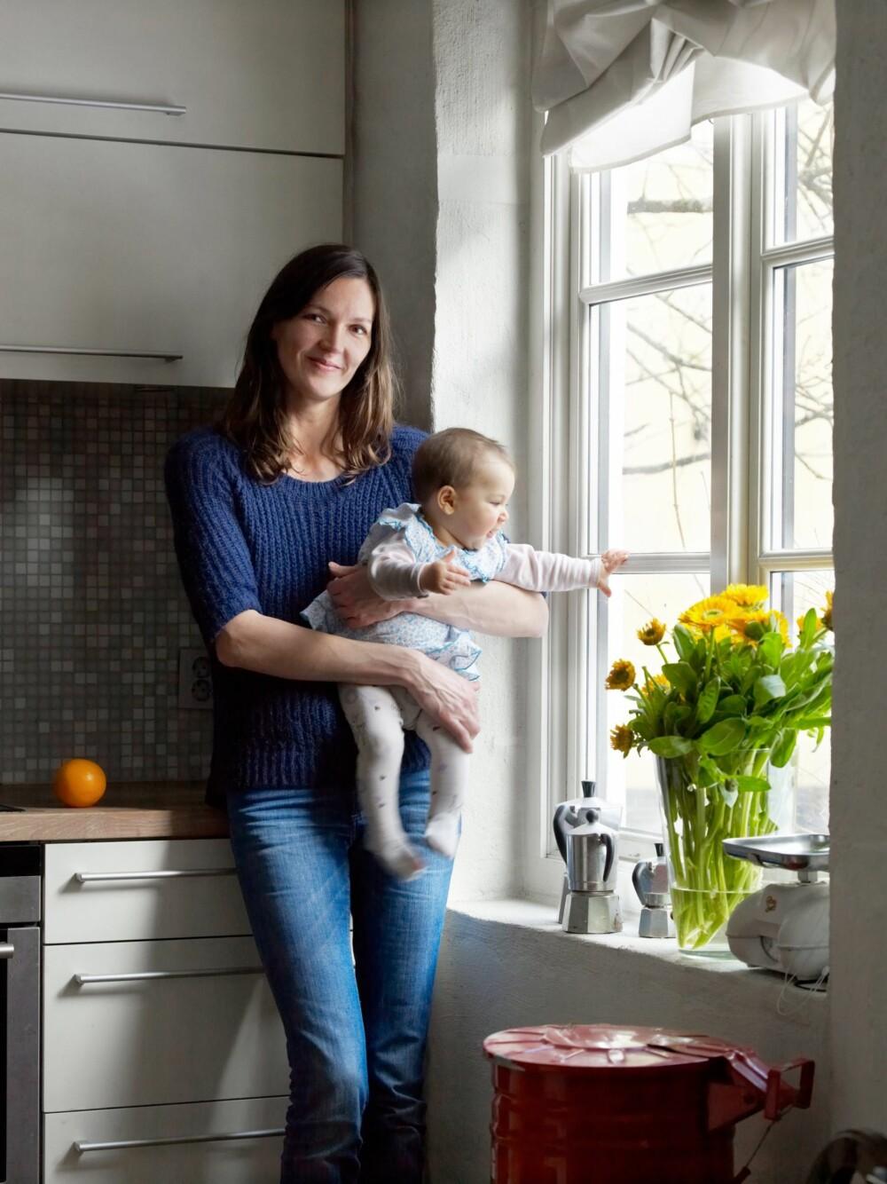 SELGER TINGENE SINE: Nina og familien selger gamle bruktskatter i eget hjem.
