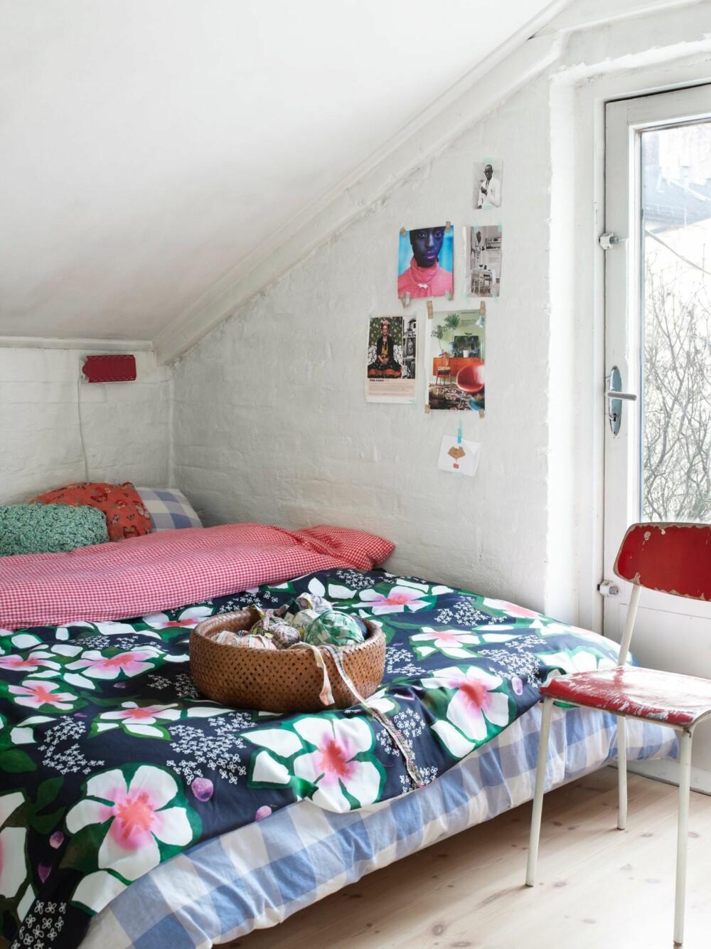 SKRÅVEGGER: I andre etasje er det mange skråvegger, og de blir utnyttet til soveplass. Nina mikser gjerne ulike mønstre. Både lampen og stolen er kjøpt i Frankrike.