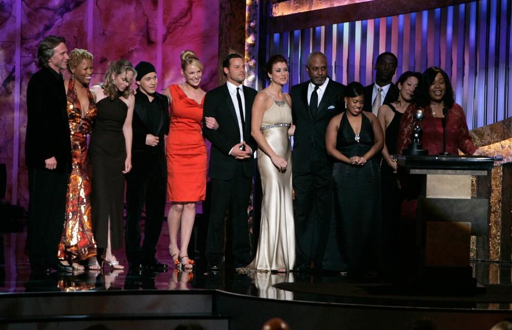MANGFOLD: Shonda Rhimes har skapt serier som «Private practice», «Scandal»og «Greys anatomy», og har uttalt at afroamerikanske forfattere også bør kunne skrive om hvite karakterer. Det lot Russell seg inspirere av. Her tar Rhimes i mot prisen for «Beste dramaserie» på NAACP-utdelingen i 2006, med skuespillerne fra «Greys» i bakgrunnen.