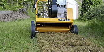 ROTER: En plenlufter drar opp mosen og skaper bedre forhold for gresset.