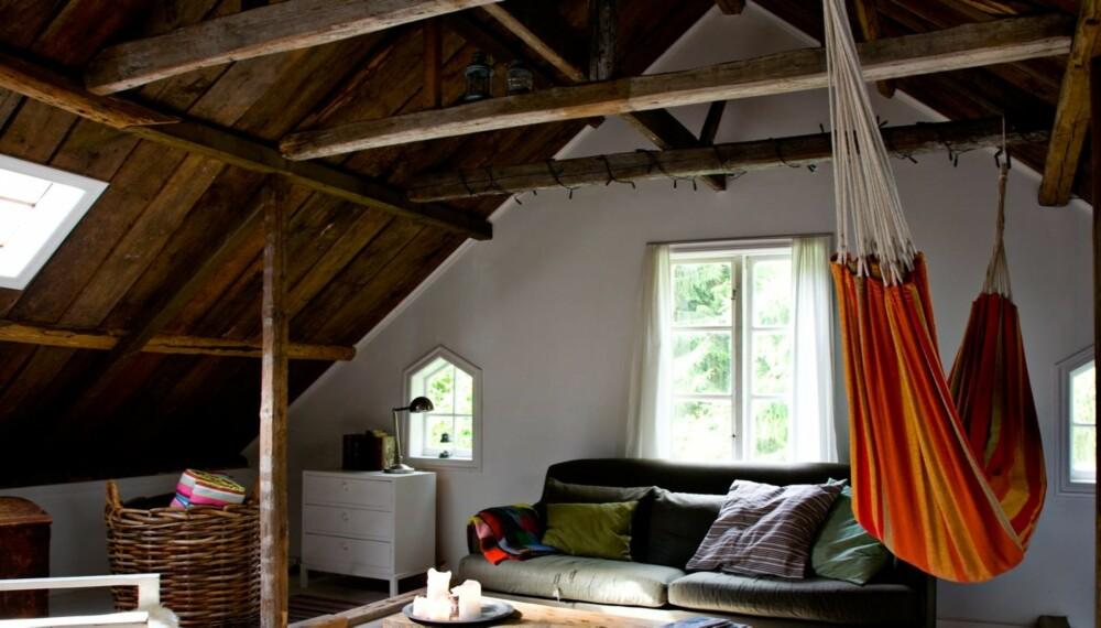 FRISONE: På dette loftet er alle takplater fjernet, slik at bare råloftet står tilbake. Selvfølgelig upraktisk om vinteren, men fantastisk om sommeren. Den ene enden brukes til soverom, mens den andre enden er en lun salong med loddent gulvteppe og hengekøye.