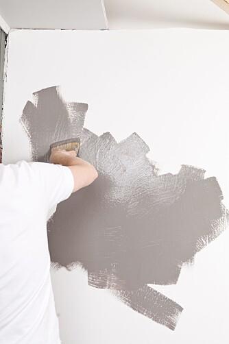 USYSTEMATISK.Glem hva du har lært om påføring av maling. Her er det andre regler, mal på kryss og tvers.