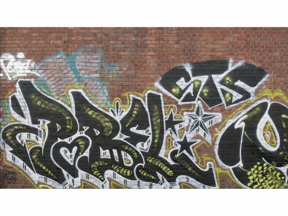 GRAFITTI. Teglvegg med grafitti, kult på ungdomsrom for eksempel, kr 1485 hos tapetshop.no